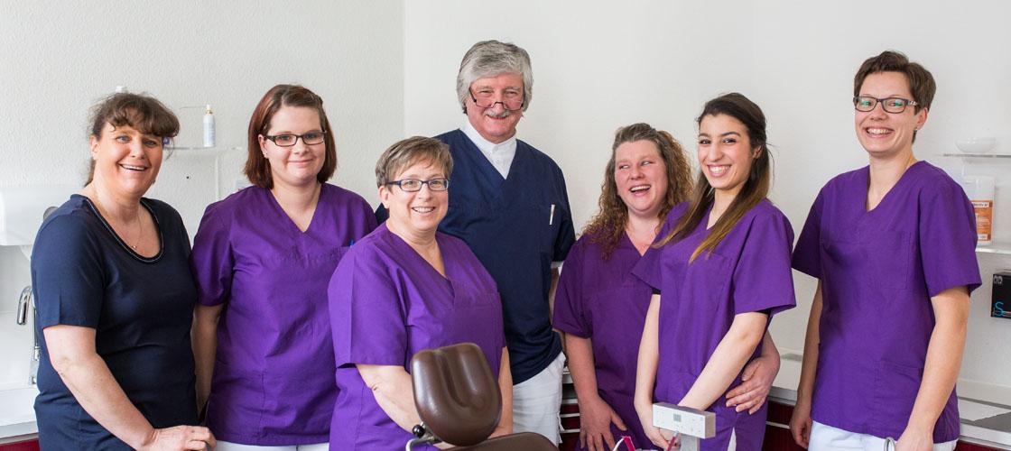 Zahnarzt Dr. med. dent. Edgar Patzelt aus Helmstedt mit seinem Praxisteam.